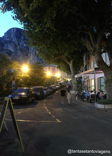 Ruazinha em frente ao Hotel